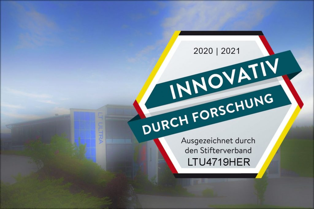 Das Gütesiegel Innovativ durch Forschung vor Firmengebäude